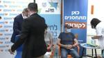 שר הבריאות ניצן הורוביץ מלווה את הוריו לקבלת החיסון המשלים 4.8.21
